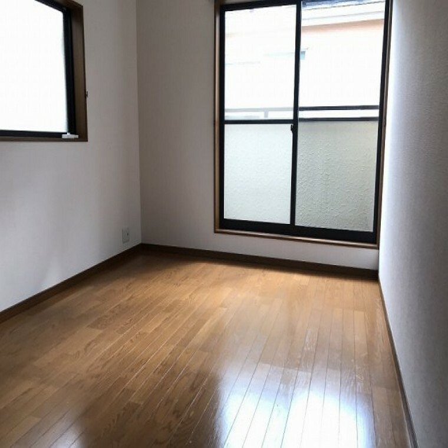 寝室 バルコニーに面した開放的で、明るい洋室。