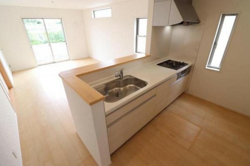 キッチン (キッチン)調理スペースも余裕のある広さでお料理の効率も上がりそうですね!オープンキッチンなのでご家族との会話を楽しみながらお料理が出来ます^^