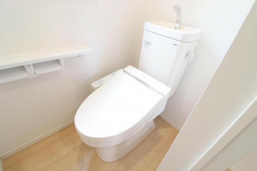 トイレ (トイレ)1階2階ともにシャワートイレなので毎日快適!汚れもツルンと落ちてお手入れ楽らく!