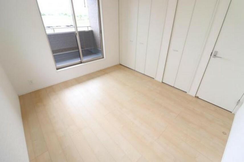 (洋室)シンプルカラーの明るい洋室だからお気に入りの家具もきっと馴染みます^^