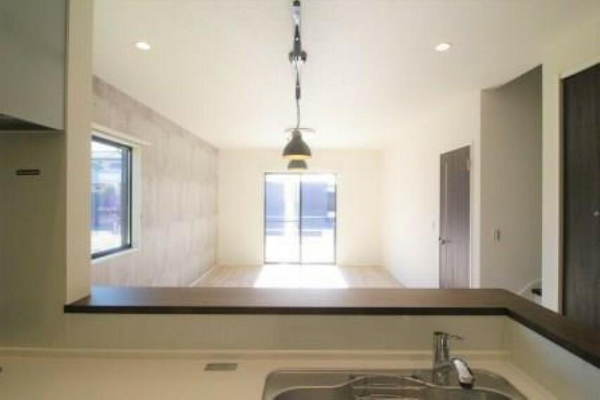 居間・リビング 解放感のある対面キッチンは、リビング全体を見わたせるので、ご家族を身近に感じられます!