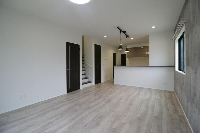 居間・リビング LDKには新品のエアコンが付いています!新生活を快適に過ごすことができます。省エネのLED照明も付いてきます