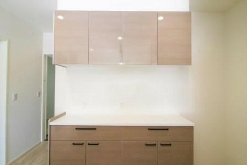 キッチン キッチンと同調のカップボード付き  キッチンにも大容量収納が欲しい!という方にはぴったりです!