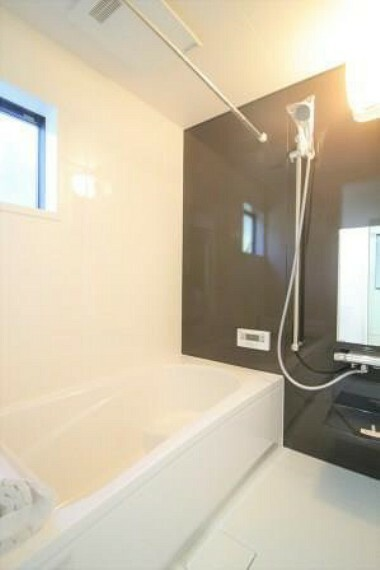 浴室 ホーロークリーンパネルの為、お手入れが簡単で清潔なお風呂です。足を伸ばしてゆっくりとした時間を過ごしたり、半身浴をすることもできます!
