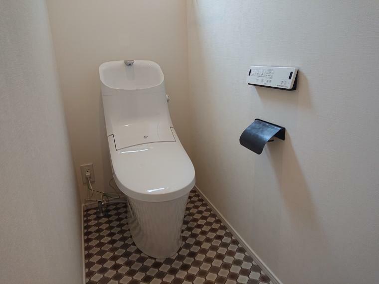 トイレ トイレ施工例 床のクロスとアイアンのペーパーホルダーでちょっとおしゃれに!