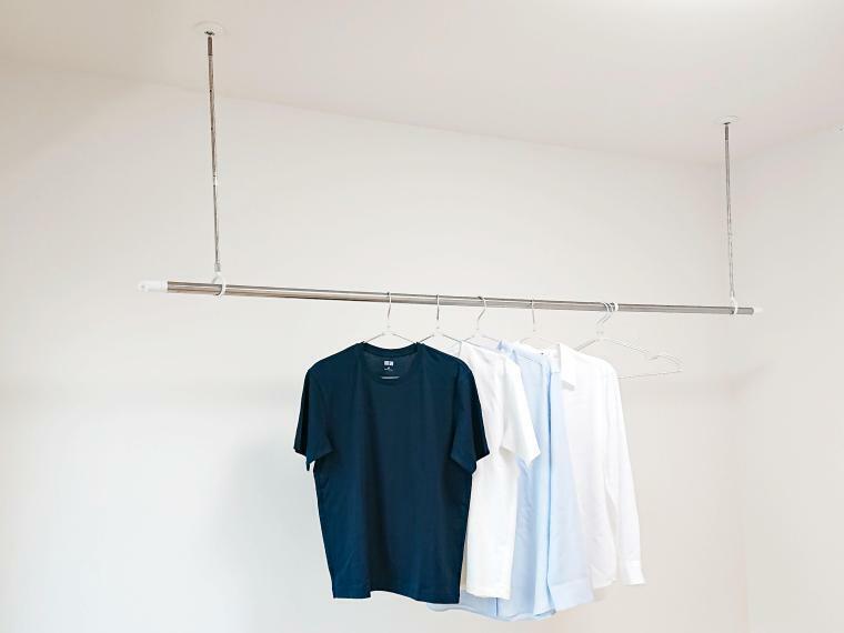 ホスクリーン施工例 専用のポールをカチッとはめ込み、物干し竿をセットするだけで室内干しスペースが完成します。