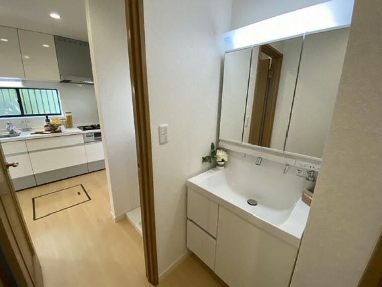 洗面化粧台 キッチンから続く洗面スペース