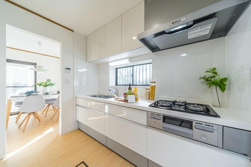 浴室 効率よく動けるシステムキッチンで、お料理の腕前もさらにランクアップミセスの腕の見せ所ですね。