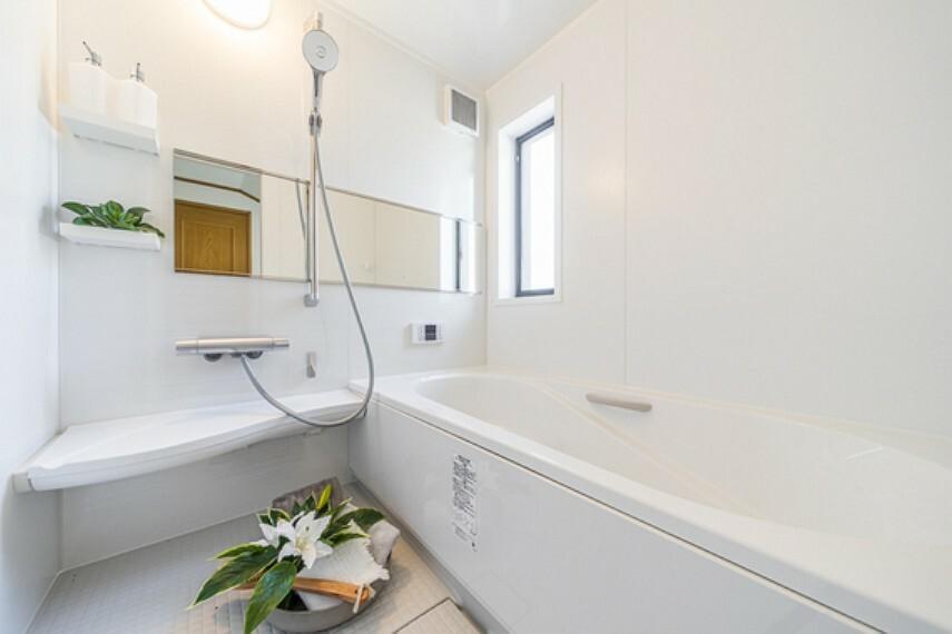 洗面化粧台 半身浴もゆっくり楽しめる広々浴室