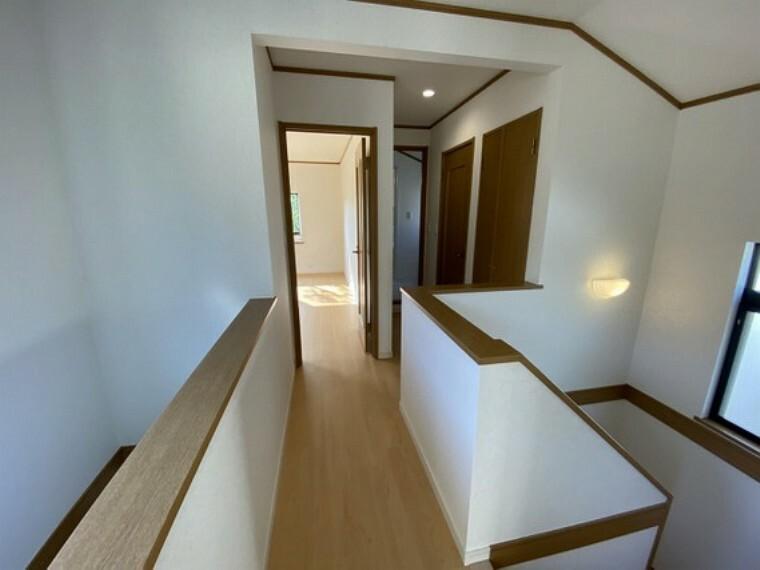 【2階廊下】吹き抜けがある明るい廊下
