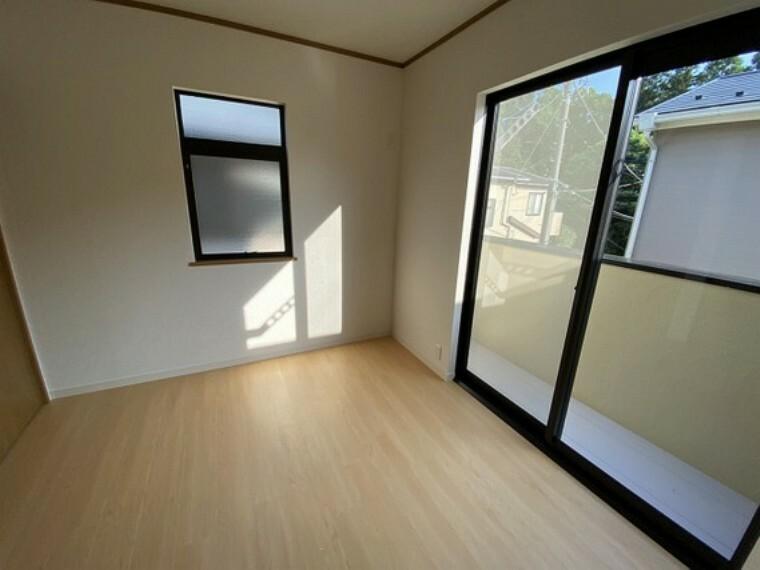 専用部・室内写真 【2階洋室4.5畳】バルコニーに出られる掃出し窓