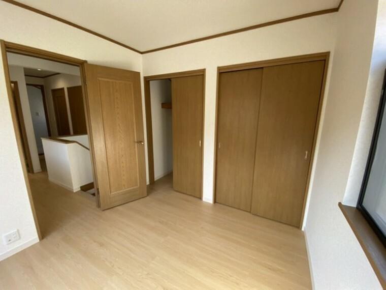 専用部・室内写真 【2階洋室4.5畳】収納スペースもゆとりがあります。