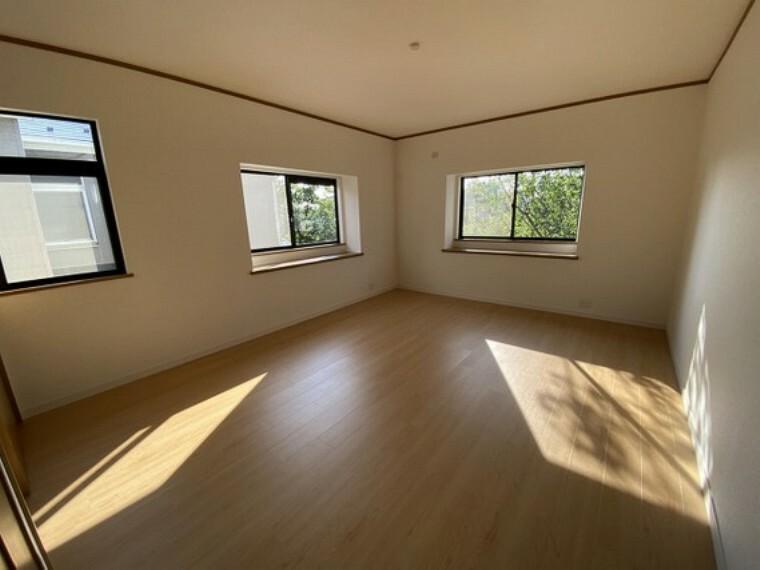 専用部・室内写真 【2階洋室10畳】3面採光で明るい居室