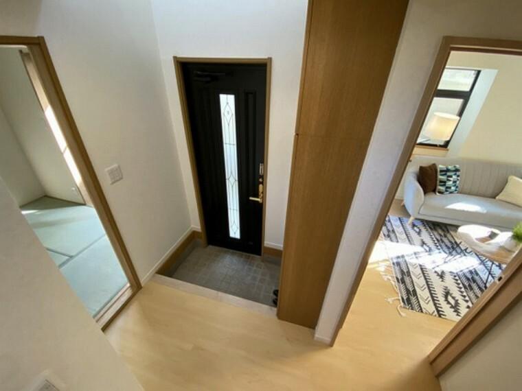 玄関 吹き抜け仕様で広がりのある玄関