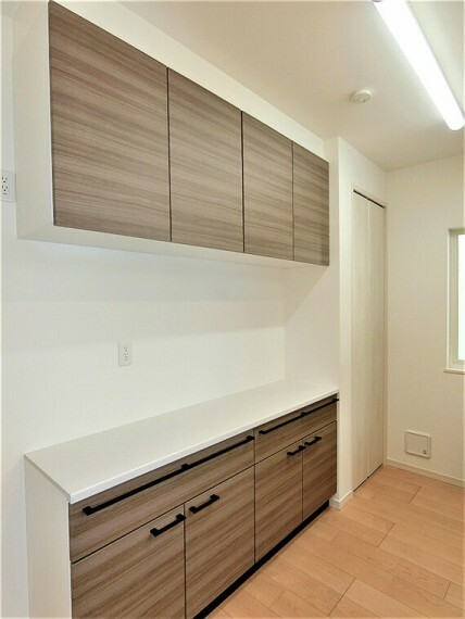 収納 吊り戸棚付きのキッチンカウンター完備で、収納豊富なキッチンです。