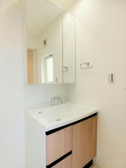洗面化粧台 洗面化粧台の鏡は三面鏡ですので、身だしなみチェックに便利ですね。