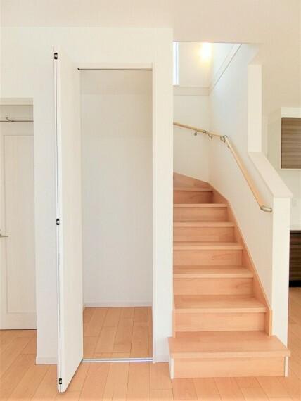 ご家族とのコミュニケーションがとれるリビングイン階段仕様です。