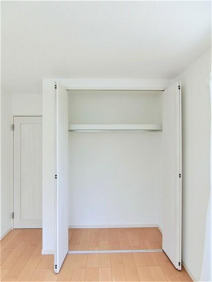 収納 クローゼットには、お洋服がハンガーのまま掛けられて便利です。