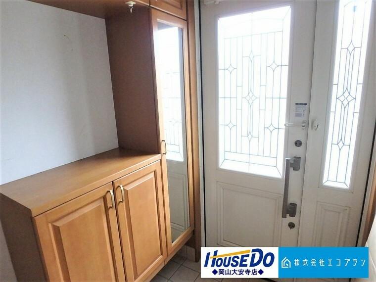玄関 玄関の収納部分には鏡がついているので、お出かけ前に身だしなみも整えられます