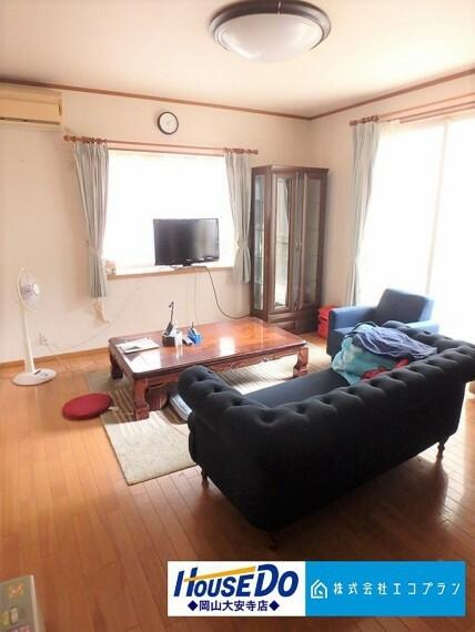 居間・リビング 明るく開放的な空間が広がる、LDK。室内には豊かな陽光が注ぎ込み、爽やかな住空間を演出してくれます