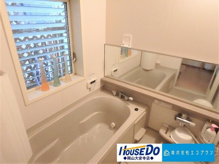 浴室 ユニットバスはゆったりとくつろげる1坪タイプ。足までしっかりと伸ばせる浴槽は、心身ともにしっかりと疲れを癒してくれます