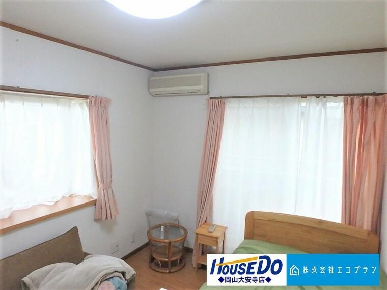 洋室 2面採光でお部屋の隅々まで明るい印象の居室。おひさまの光を、爽やかな風をたっぷりと取り込めます