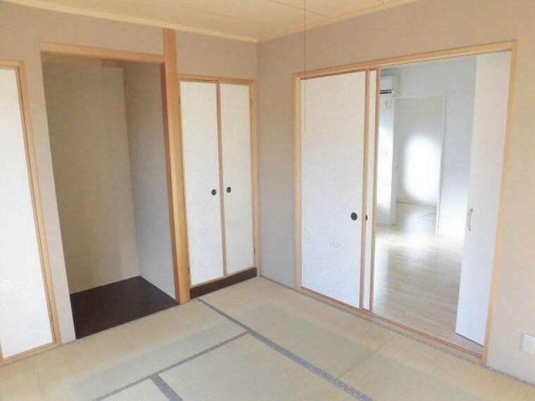 和室 リビングの横には便利な畳スペースがあります。ちょっとしたお昼寝や、ご両親が見えた時のゲストルームとして利用できますよ
