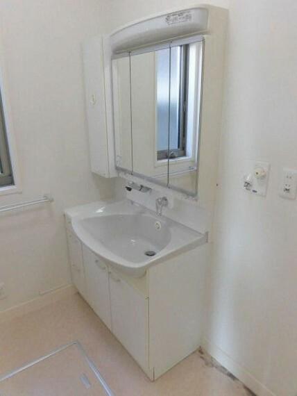 洗面化粧台 広々とした洗面台、三面鏡になっているので見やすくて素敵です。