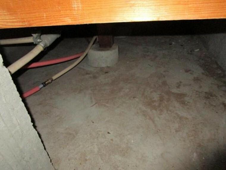 構造・工法・仕様 【床下写真】中古住宅の3大リスクである、雨漏り、主要構造部分の欠陥や腐食、給排水管の漏水や故障を2年間保証します。その前提で床下までの確認の上でリフォームし、シロアリの被害調査と防除工事もおこないました。