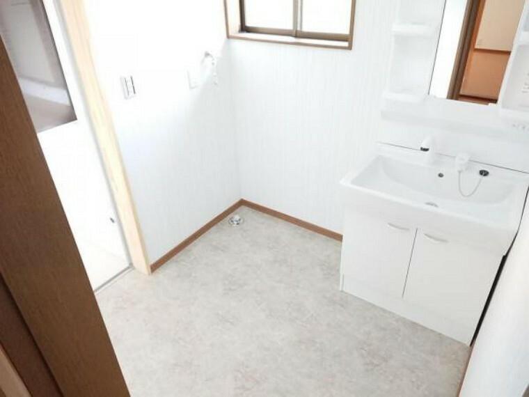洗面化粧台 【リフォーム後】洗面スペースは壁と天井のクロスの張替え、クッションフロアの張替を行いました。洗濯機を置いても余裕のある空間です。小窓が付いていますので、自然光の中、朝の身支度ができますね。