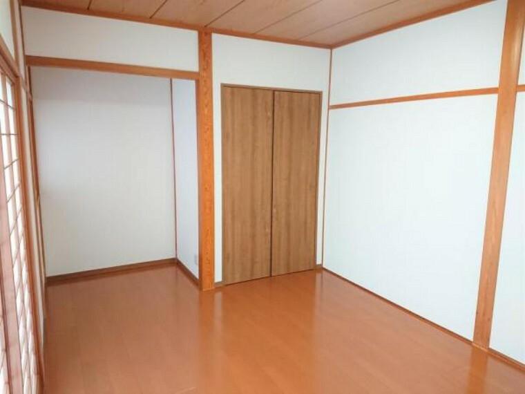 【リフォーム後】7帖の洋室は壁のクロスの交換を行い、フローリングに張り替えました。壁の木部は、部屋のアクセントになるだけでなく、ハンガーなどを引っ掛けて利用することもできます。