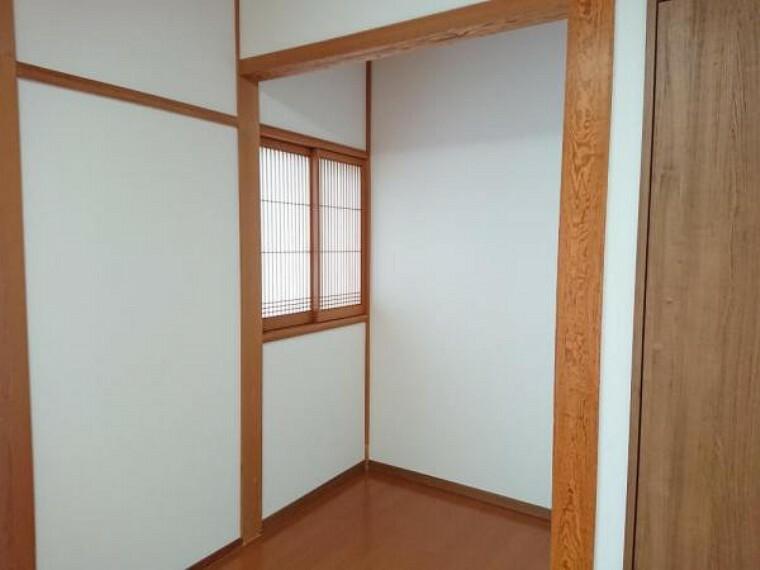 【リフォーム後】床の間だったスペースについてもフローリング張替えを行い開口し、お部屋をより広く使っていただけるように工夫しました。机を置いてスタンドライトで照らせば、勉強スペースとして利用することもできます。
