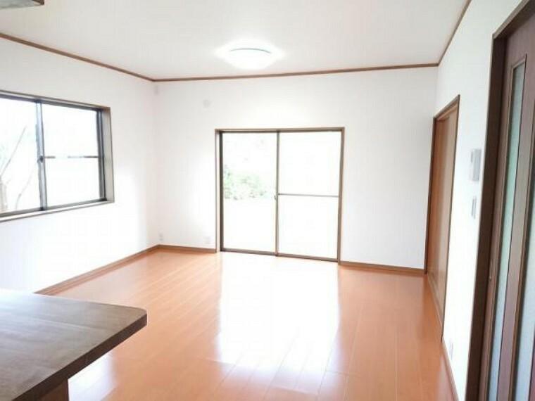 【リフォーム後】リビングは壁と天井のクロスを張り替え、照明を交換しました。フローリングの重張りも行いましたので、開放的で清潔感のある空間に仕上がりました。