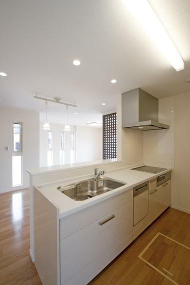 同仕様写真(内観) 対面式に加えIHクッキングヒーターを採用すると、キッチン周りの煩雑な家事が軽減されます。