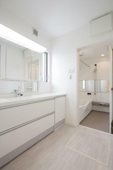 同仕様写真(内観) 白を基調とした爽やかなサニタリースペースは、清潔感のある快適空間を演出します。