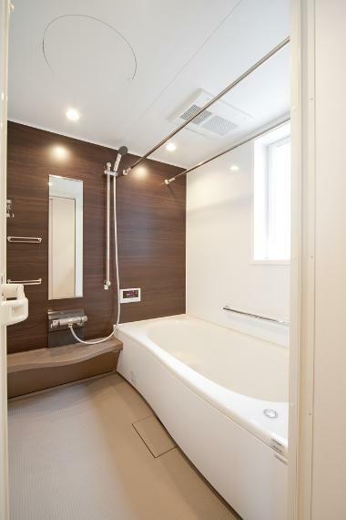 同仕様写真(内観) お子様と一緒にバスタイムを楽しめる広々浴室。