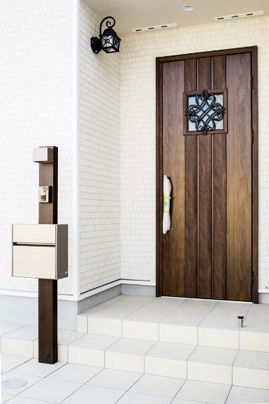 同仕様写真(内観) 6号地の外玄関です。 シンプルなフォルムながら重厚さを併せ持たせた家の顔です。