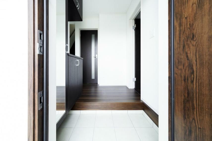 同仕様写真(内観) 6号地の内玄関です。 落ち着いた色合いで統一されたデザインの玄関。訪れる方を優雅にお迎えし、寛ぎのリビングへ繋ぎます。