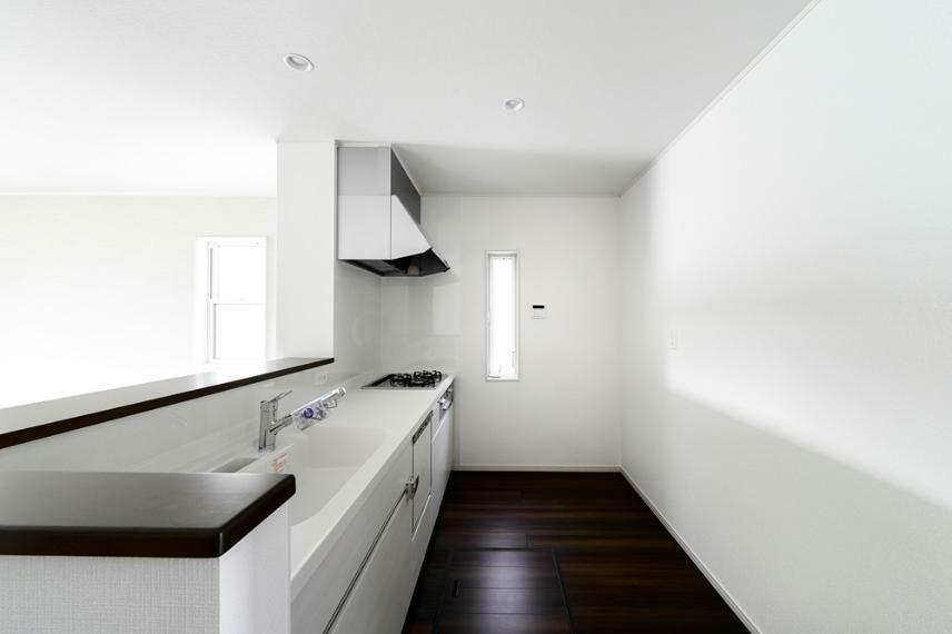 同仕様写真(内観) 6号地のキッチンです。 美しさと機能性に定評のある対面式システムキッチンを採用しました。