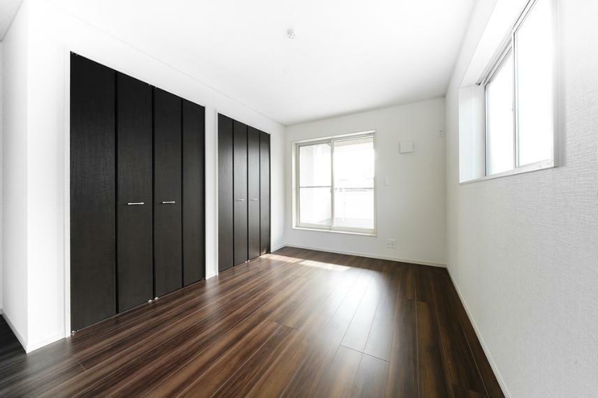 同仕様写真(内観) 6号地の洋室です。 ご家族のだれが、どこのお部屋にするのか。考えを巡らせながら物件探しをされるのは楽しいですよね。