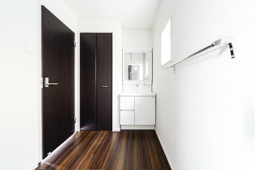同仕様写真(内観) 6号地の洗面所です。 白を基調とした爽やかなサニタリースペース。清潔感のある快適空間です。