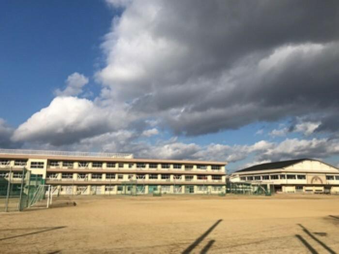 中学校 現地1号地を起点に約1000m、徒歩13分(2019年12月撮影) 「健康・勉強・奉仕」を教育目標に、社会の変化に自ら対応できる心豊かな人間の育成に取り組む中学校です。