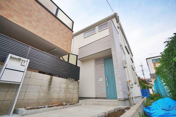 現況写真 杉並区高円寺北3丁目の新築戸建。開口部を豊富に確保しており、光と気持ちの良い風が室内を通るお家になります。