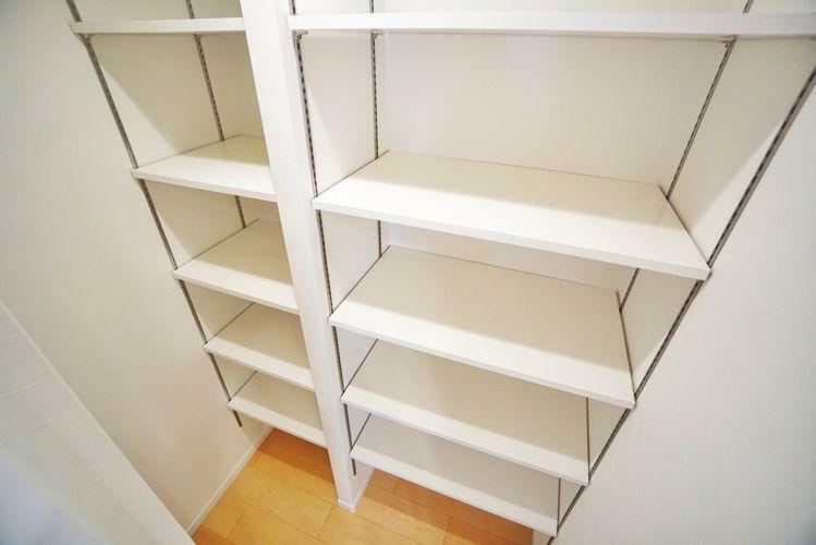 収納 レールのダボを移動すれば様々なサイズの物が収納できます。