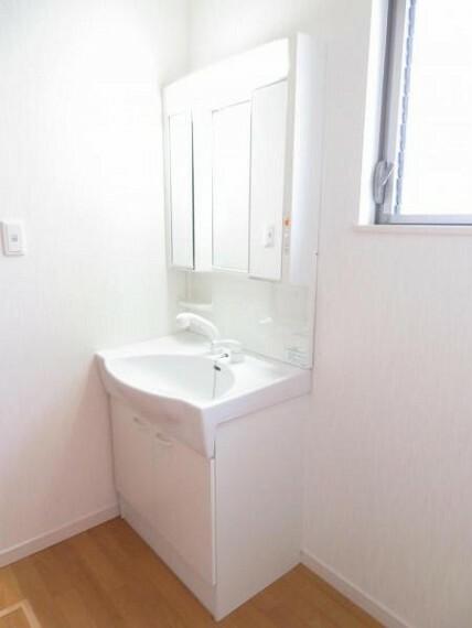 洗面化粧台 三面鏡付きの洗面台でスタイリングもしやすいですね