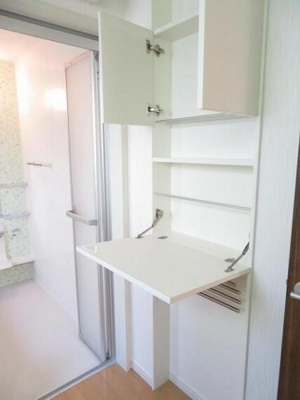 洗面化粧台 洗面所にはタオル掛け付きの壁面収納