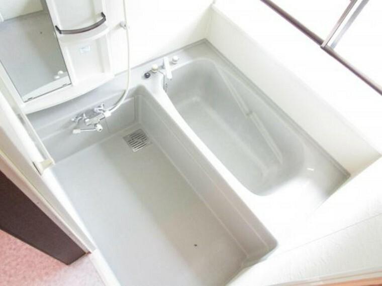 浴室 【リフォーム済】浴室はプロクリーニングを行いました。一坪サイズでゆったりとした浴槽です。窓があるので換気もできます。
