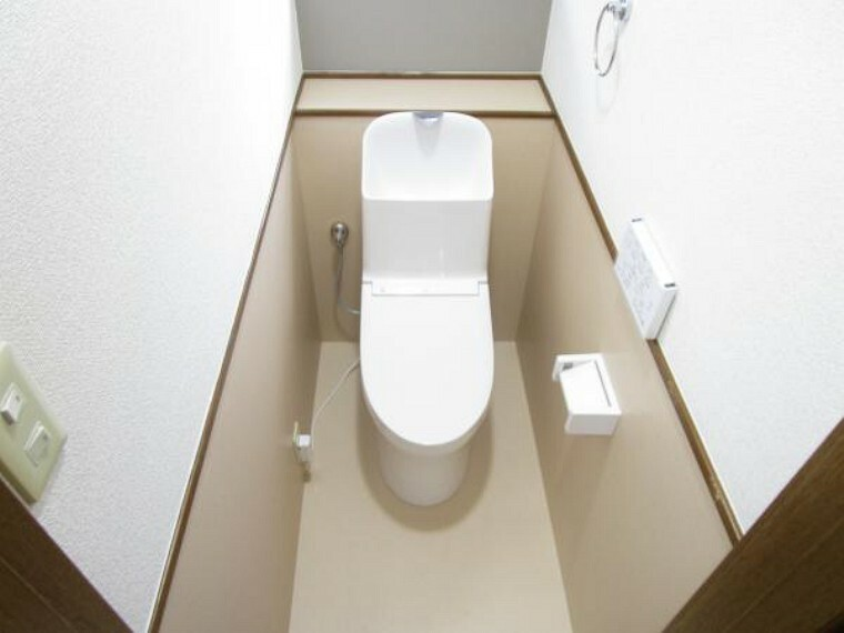 トイレ 【リフォーム済】1階トイレです。TOTO製の温水洗浄機能付きに新品交換しました。表面は凹凸がないため汚れが付きにくく、継ぎ目のない形状でお手入れが簡単です。節水機能付きなのでお財布にも優しいですね。