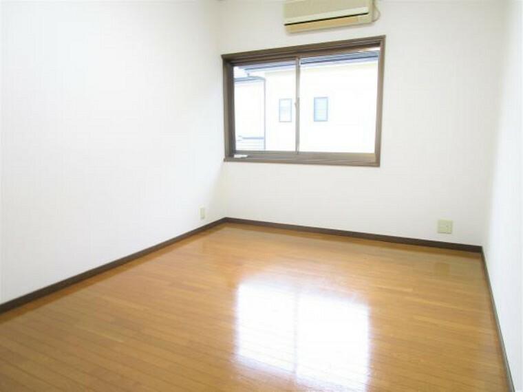 【リフォーム済】2階6帖洋室です。壁と天井のクロス張り替え、床はクリーニングとワックスがけを行いました。南向きで日当たり良好。