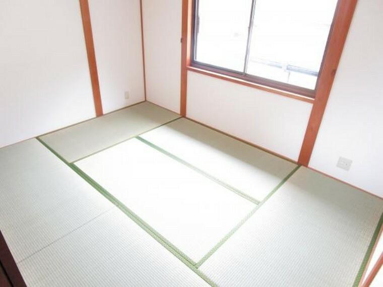 【リフォーム済】2階6帖和室です。畳の表替え、壁と天井のクロス張り替えを行いました。照明交換も行いましたの気持ちよく生活を始めることができます。